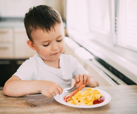 Как накормить малоежку – без мультиков во время еды