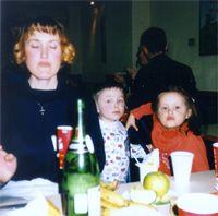 Оксана Безаева (ничего не вижу, ничего не слышу, ничего никому не скажу) с дочкой Юлей  и Никитой (сыном КАТЕРины)
