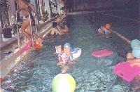 На переднем плане - Кисточкин Антон Кривошеин, вылезают из бассейна для нового прыжка его папа и моя Иришка