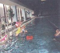Прыгает Иришка, плавают Кисточка и Ленка с дочкой