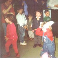 Заяц-Длинные уши (Маша, дочь Ильды, участвует в конкурсе. Наблюдают: в левом углу задумчивая КАТЕРина, далее: в красном - Маша, дочь Ольги Ландау, в синем - Никита, сын КАТЕРины, в зеленом - Веня, сын мамАнечки)