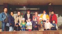Возле 'Формозы' слева: Lem, Модератор Натали, Ellu, Ольга Ландау, КАТЕРина, Ильда, Женя Пайсон; дети: Алиса (дочь Ellu), Марина (дочь модератора Натали и Lem), Маша (дочь Ольги Ландау, Никита (сын КАТЕРины), Веня (сын мамАнечки), Маша (дочь Ильды), Тема (сын Жени Пайсон)