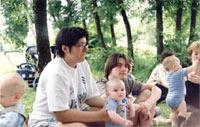Зок с мужем и Мишей, на переднем плане слева Данил (сын Simы), а справа Рома с мамой (AJR)