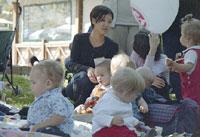 дети с Матрешкой и Lita на заднем плане