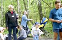 Белка с дочкой, Лись, позади Emily с коляской