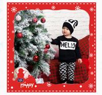 Малыш помогает нарядить елку)