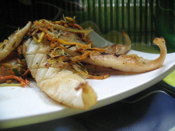 Закуска из жареного с овощами кальмара