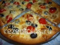 Пицца из слоеного теста с грибами, маслинами, помидорами черри