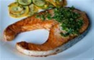 Запеченный лосось с релишем из трав и каперсов