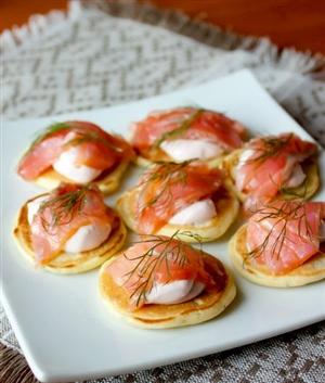Мини-блинчики с лососем и острым сметанным кремом - кулинарный рецепт от De Dietrich