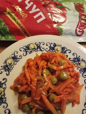 Вегетарианский салат из моркови в кисло-сладком соусе.