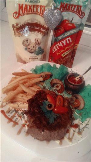 Стейк из свиной шейки с картофелем фри и томатным соусом