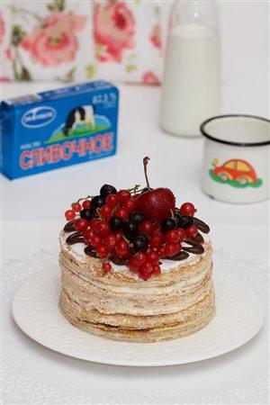 Сливочный блинный торт с ягодами