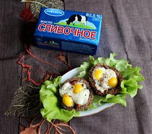 Гренки с перепелиным яйцом и ржаным хлебом.