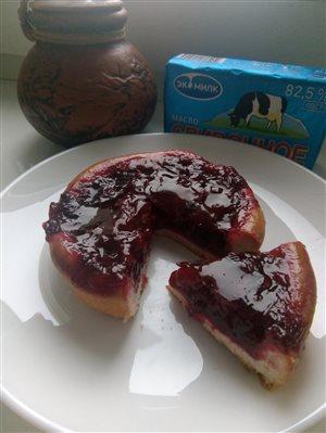 Сдобный пирог с брусникой