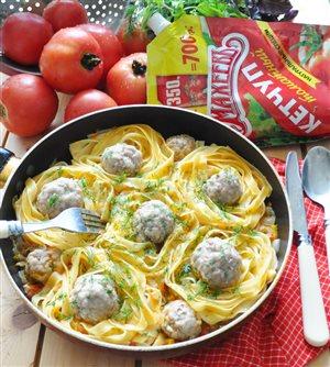 'Гнёзда' из лапши с фрикадельками в томатном соусе
