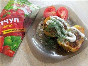 Фаршированные перцы запеченые в сметанно-томатном соусе