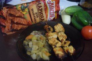 Куриный шашлычок на шпажках и овощное рагу