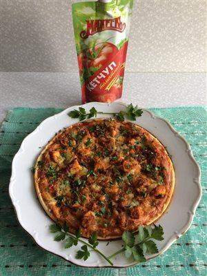 Пицца с курицей и сыром.