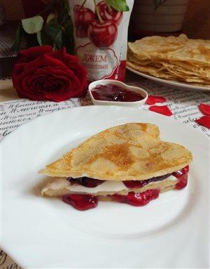Нежный  блинный  десерт с вишнёвым джемом Махеевъ