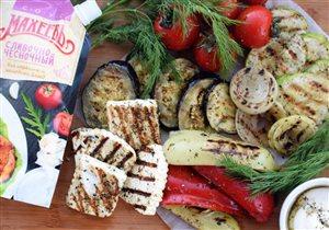 Ассорти из овощей и сыра на гриле с соусом 'Махеевъ'