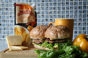 Сочный гамбургер с сырным соусом!