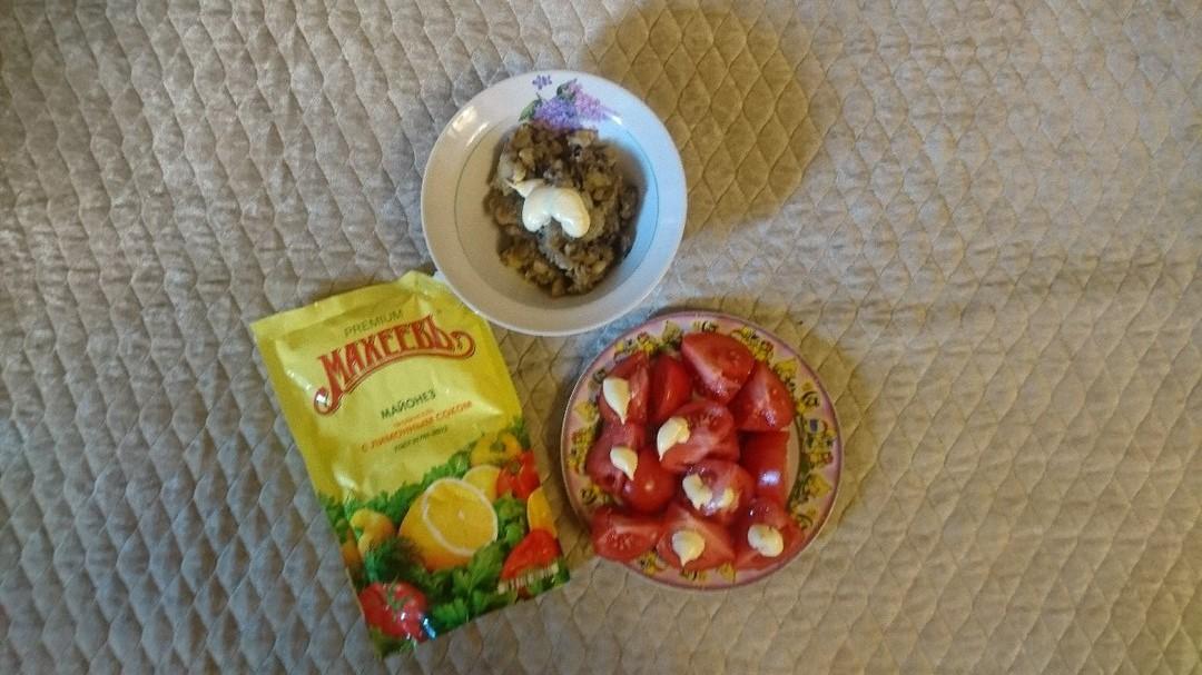 Салат с помидорами.