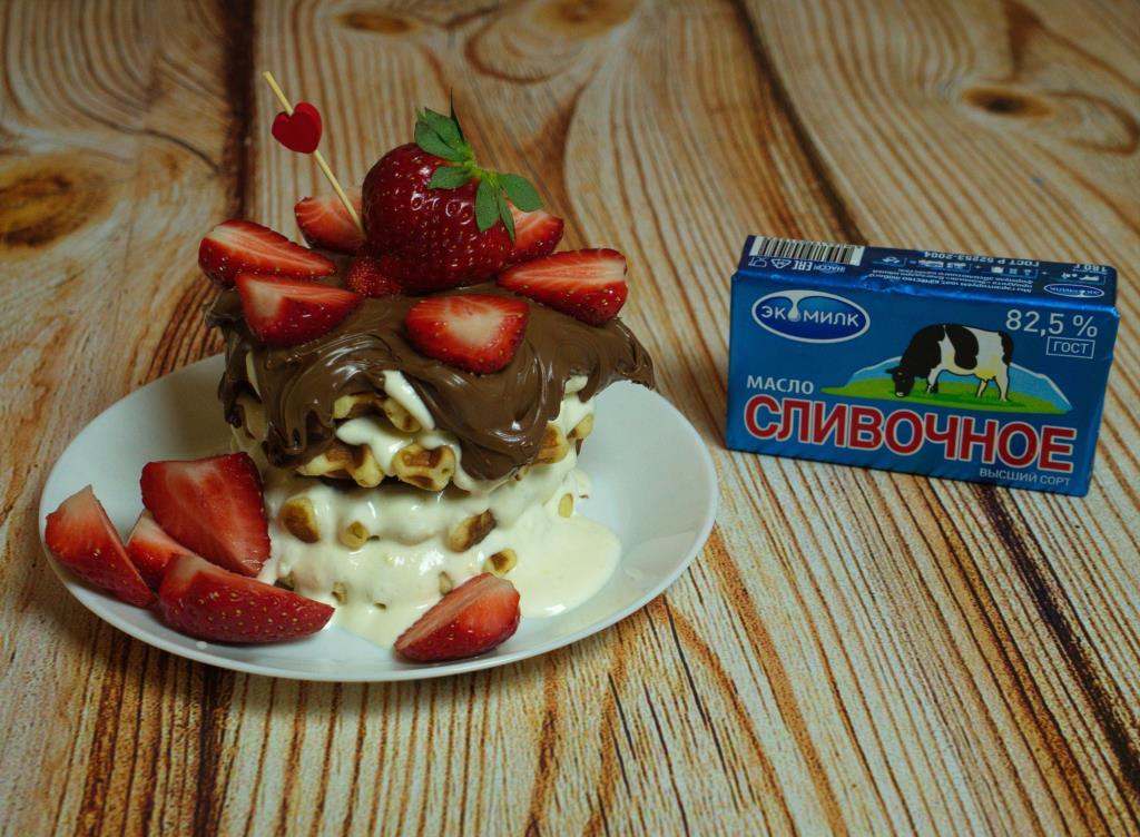 Вафельный торт с клубникой