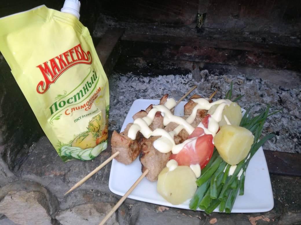 Шашлычок из свининки с овощами и майонезным соусом