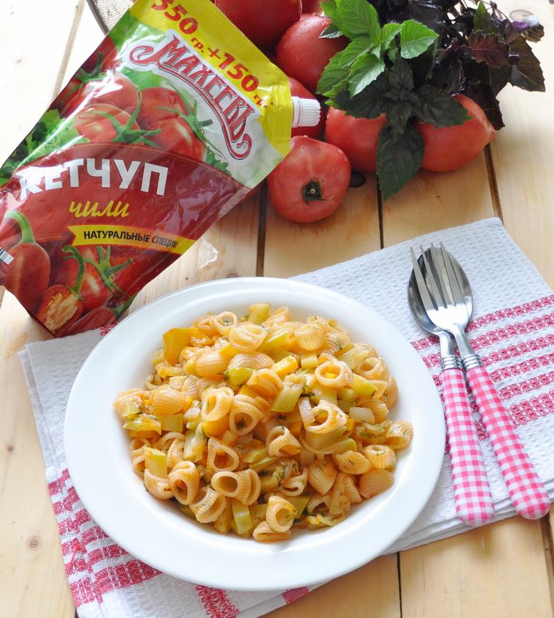 Рожки, тушёные в овощном соусе на сковороде