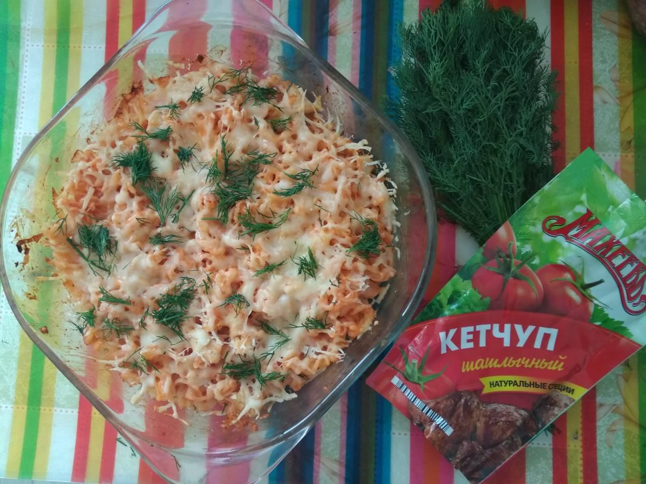Спиральки, запеченные с двумя сырами и индейкой под томатным соусом)