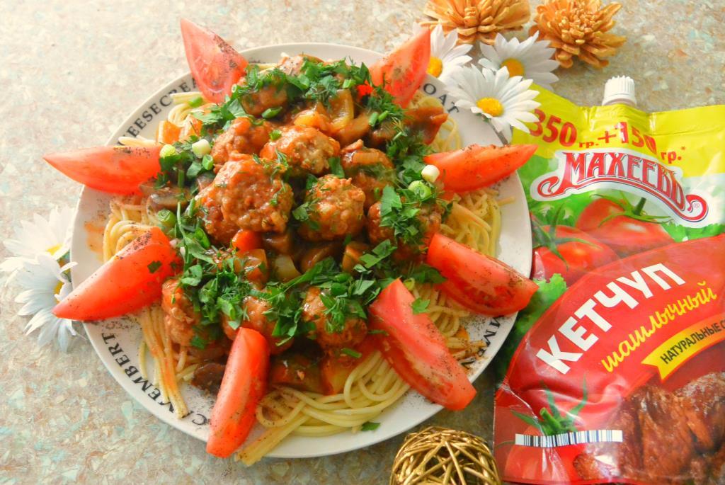 Фрикадельки в томатно-овощном соусе с грибами и спагетти