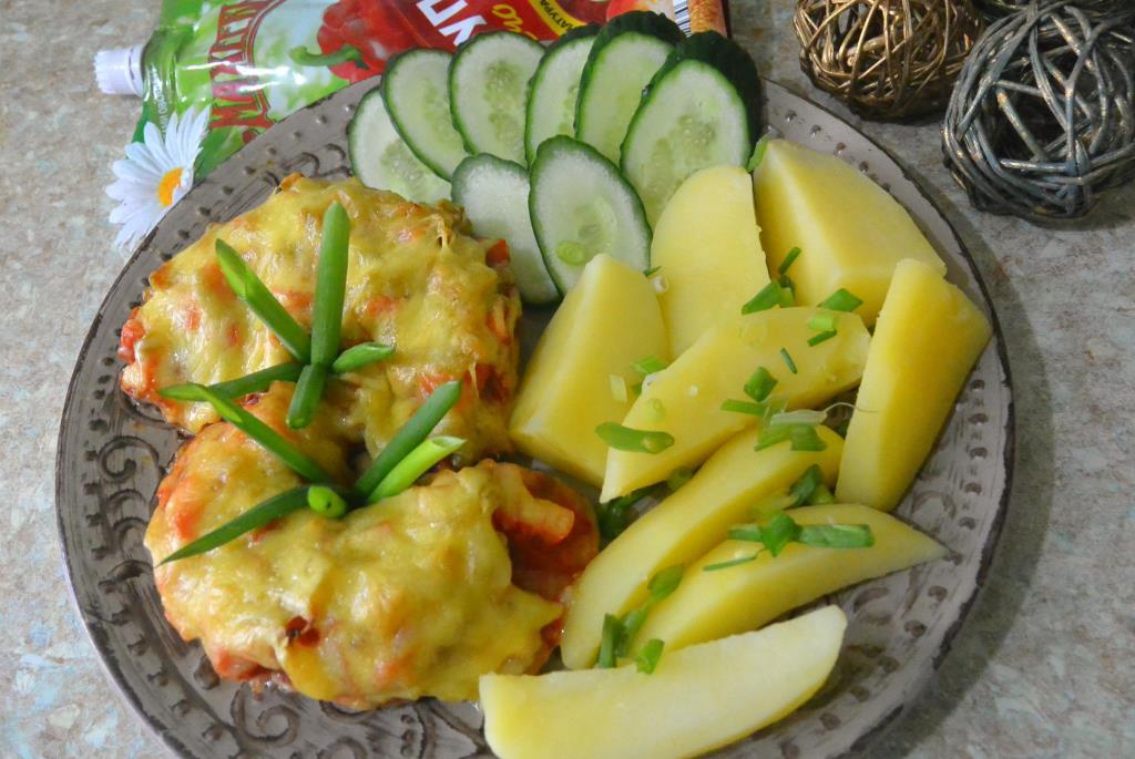 Куриные отбивные с овощами под сырной шубкой.