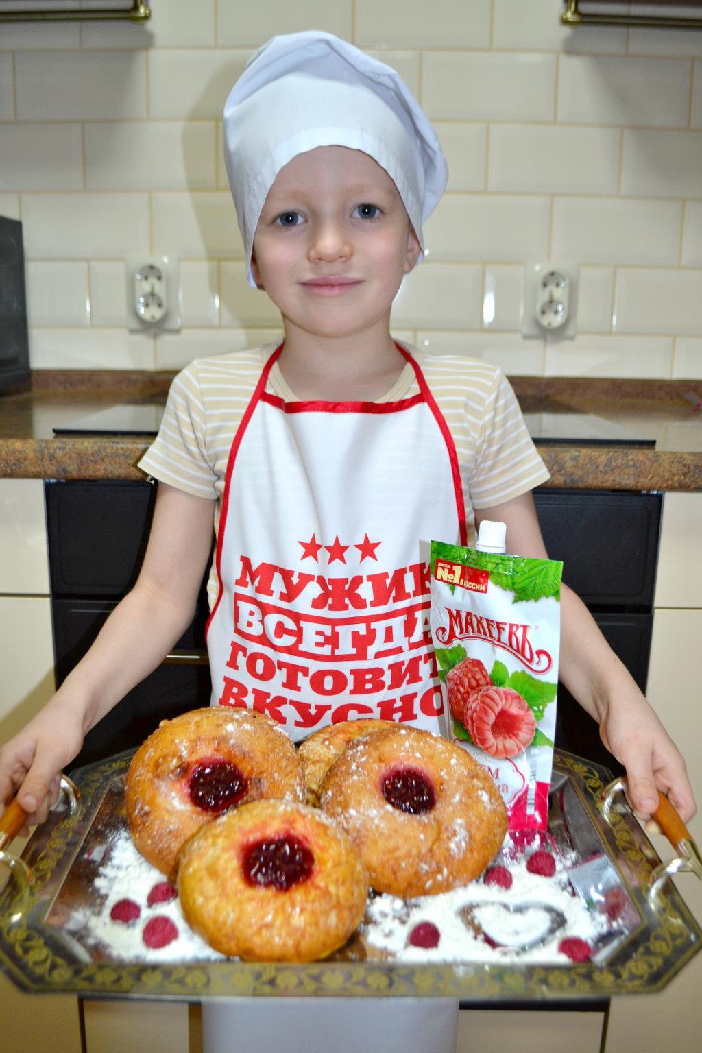 Сдобные булочки с малиновым джемом ТМ «МахеевЪ».