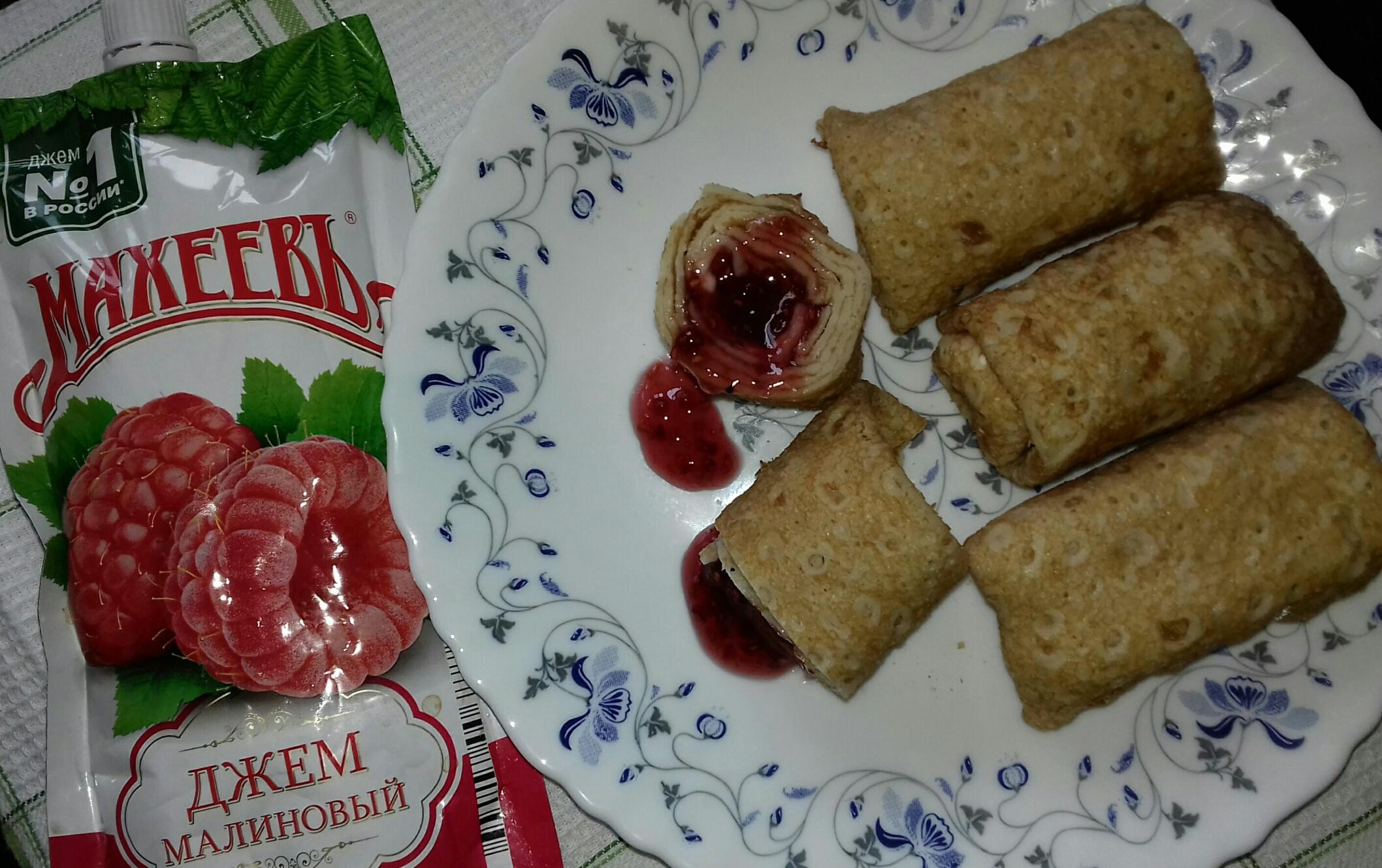 Быстрые блинчики для семейного завтрака с малиновым джемом Махеевъ