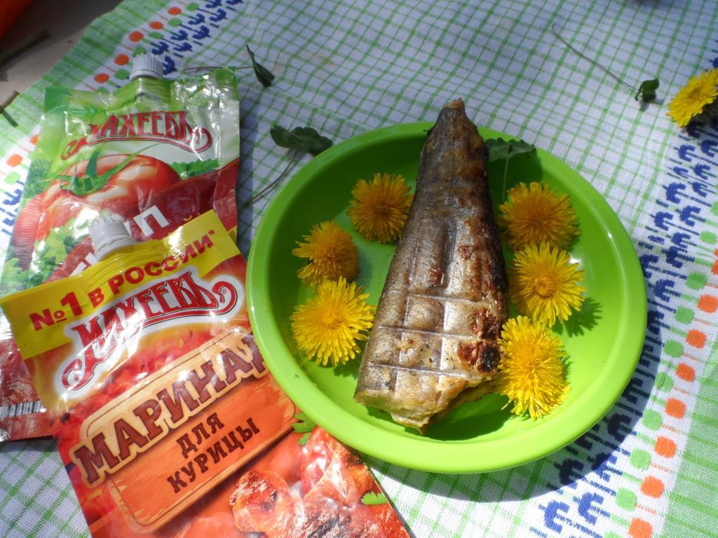 Сочная рыбка на ковре из одуванчиков )))