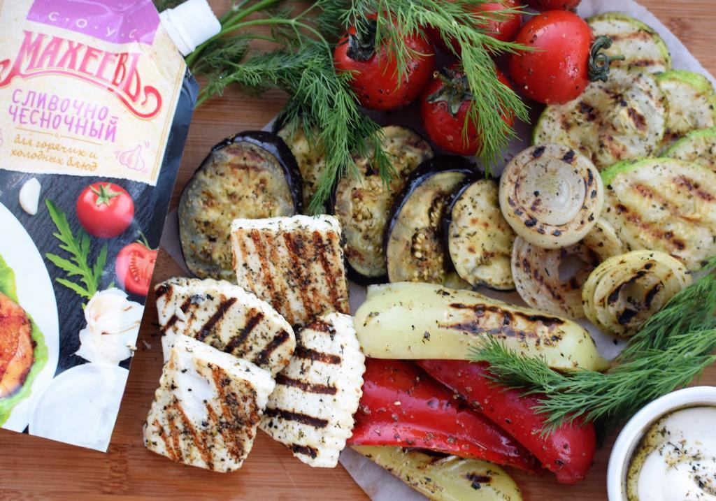 Ассорти из овощей и сыра на гриле с соусом