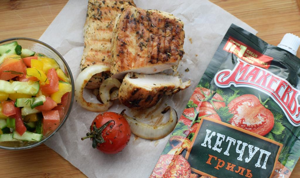 Филе индейки  на гриле с кетчупом Махеевъ и салатом из  свежих овощей