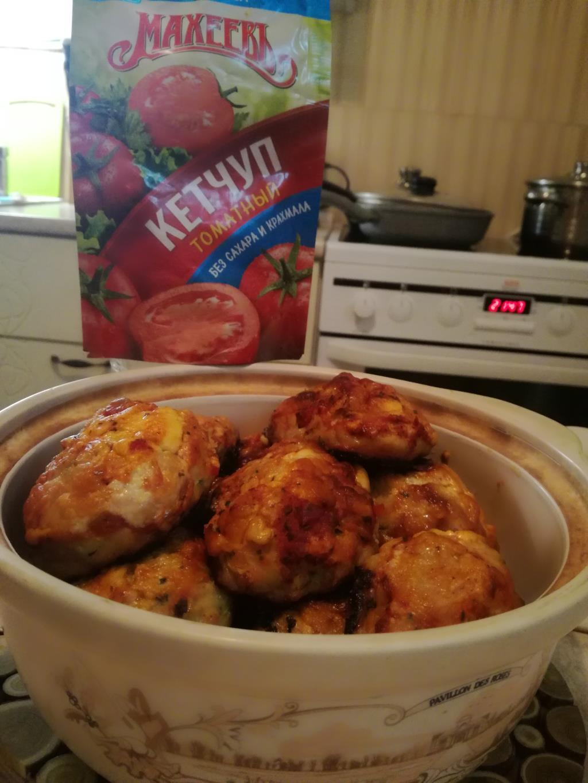 Куриные котлетки с овощами и кетчупом