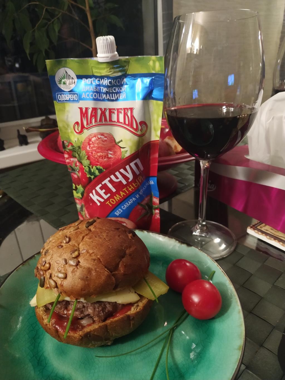 Черный Бургер с кетчупом Махеев