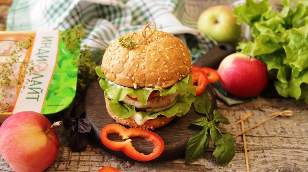 Гамбургер с котлетой из индейки, яблоком и жаренным луком