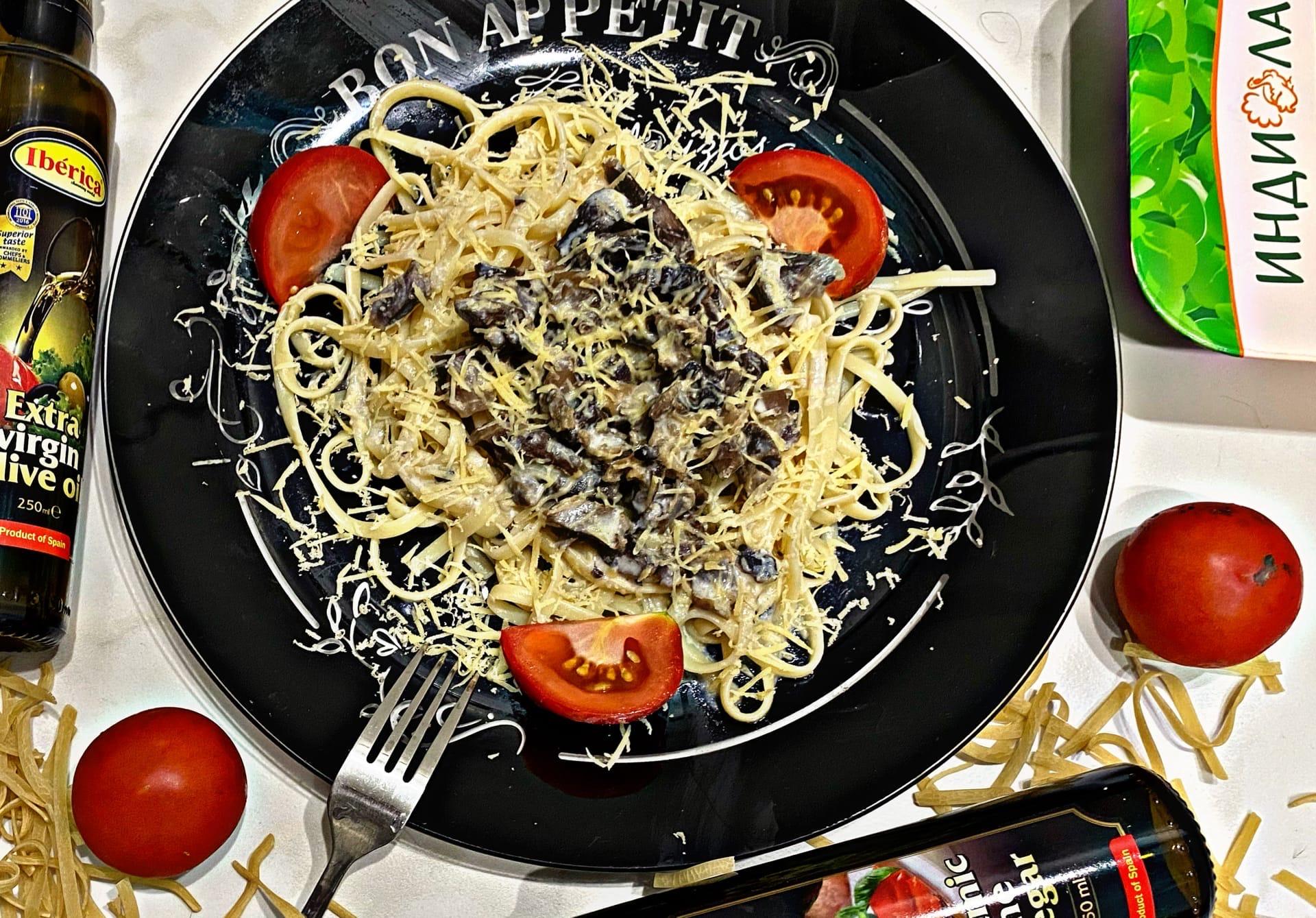 Итальянская паста с шампиньонами и желудками в сливочно-сырном соусе