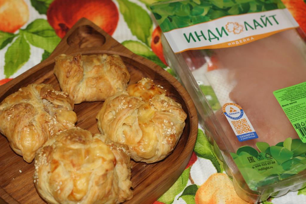 Слойки с индейкой, сыром и ананасами