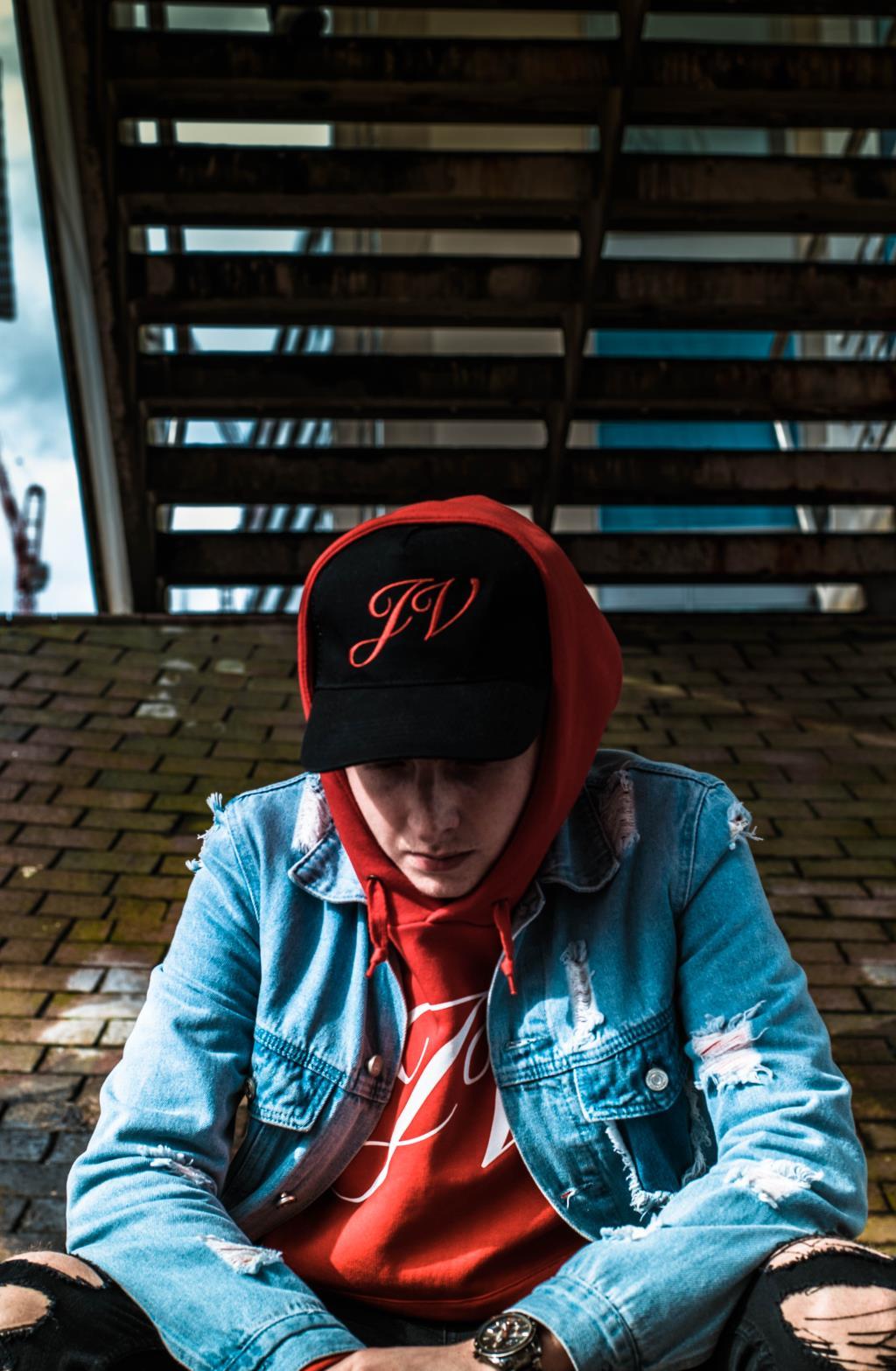 подросток в кепке