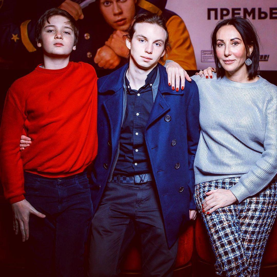 Алика Смехова, редкое фото с сыновьями: 'А почему у вас три руки?'