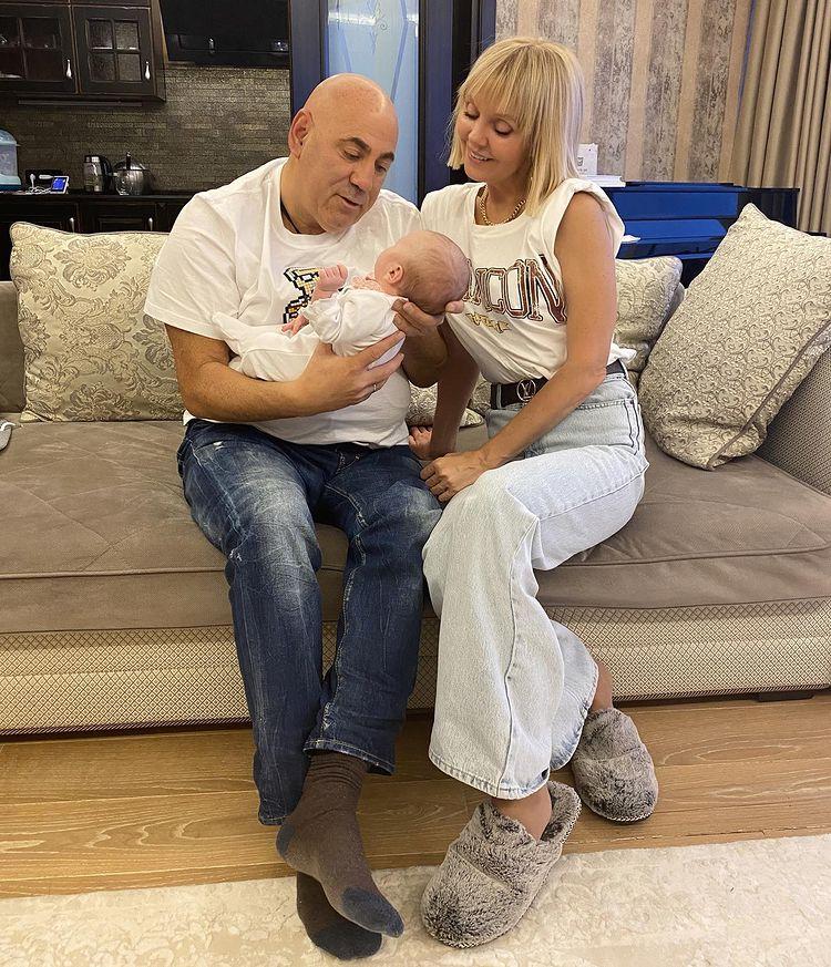 Иосиф Пригожин после коронавируса позирует с месячной внучкой