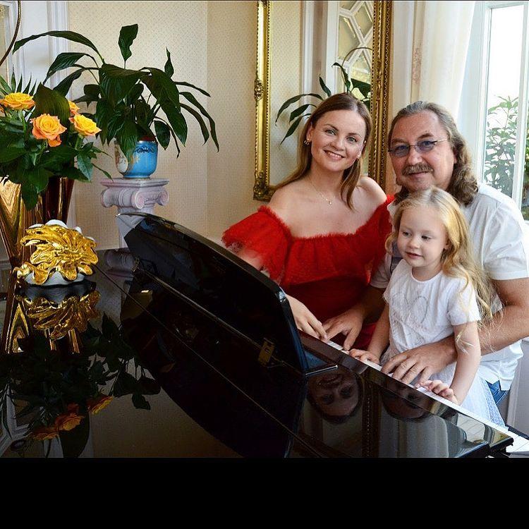 Игорь Николаев - 15 лет знакомства с женой и фото с дочкой: 'Возрасток на лицо, держитесь, мала ещё девчушка!'