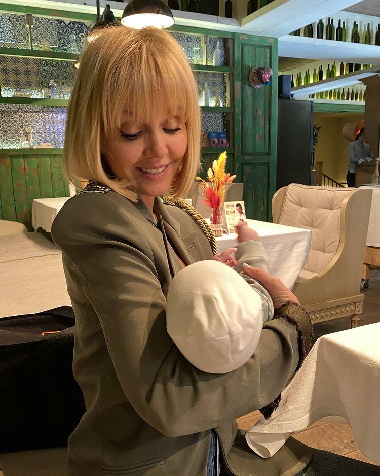 Валерия с 2-месячной внучкой в ресторане - в соцсетях ужасаются