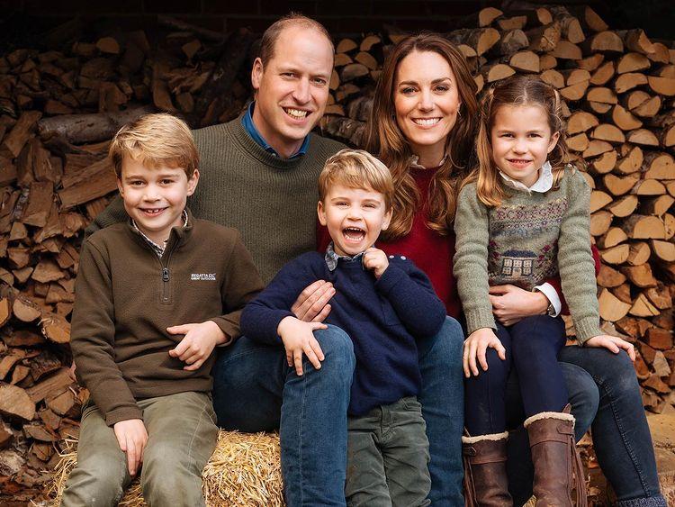 Дети Уильяма и Кейт - открытки для бабушки Дианы: 'Папа скучает по тебе'