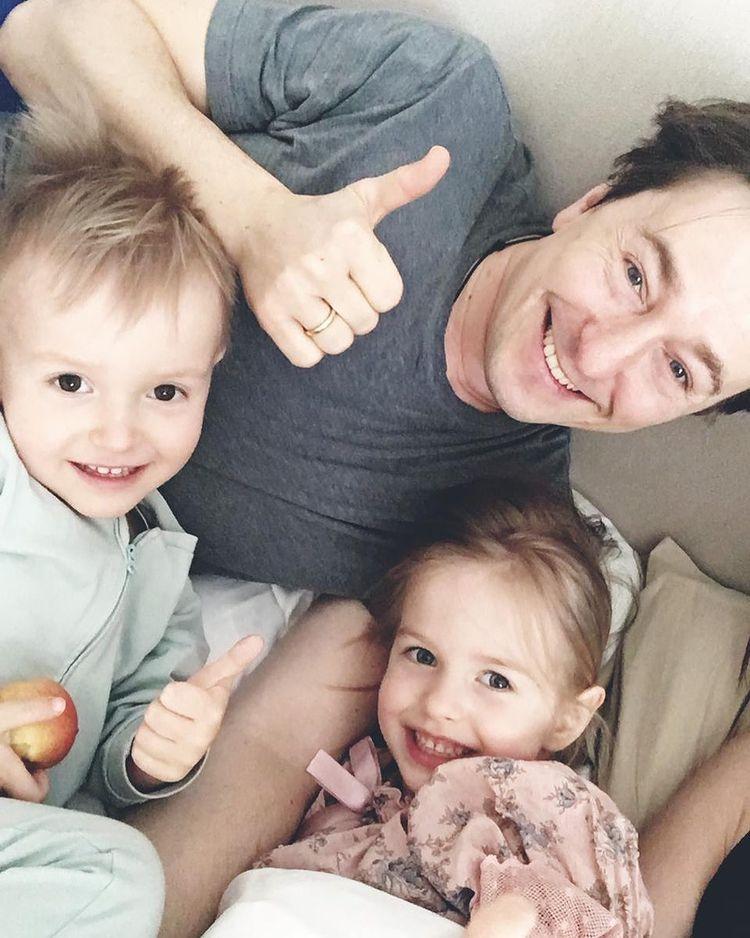 Сергей Безруков с младшими детьми в пижамах: 'Три солнышка!'